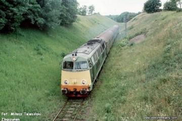 Mikołajki 18.06.1993. SU45-028 z osobowym od strony Olsztyna zbliża się do stacji Mikołajki.