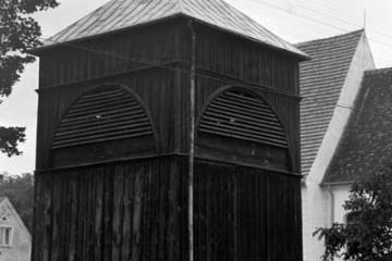 Dzwonnica przy kościele w Dąbrówce Wlkp. 01.09.1986.