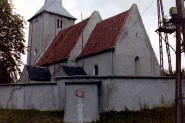 Witoszyn Dolny 24.06.2000. Na pierwszym planie krzyż pokutny wmurowany obok bramy kościoła.