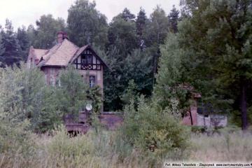 Obok dawnego przystanku kolejowego Marszów na linii Żary - Żagań w dniu 24.06.2000 .