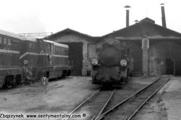 Opalenica we wrześniu 1985. Lxd2 dopiero dotarły na kolejkę, ramy dopiero są powiększane pod nowe lokomotywy. Po prawej w mundurze kierownik kolejki Pan Walenciak, dalej przed nim zawiadowca odcinka drogowego Pan Kamiński.
