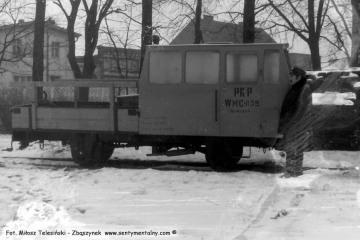 Opalenica w dniu 04.03.1986. Na tle drezyny Pan Kamiński, zawiadowca odcinka drogowego