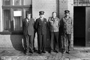 Wrzesień 1986. Pierwszy od prawej robotnik stacyjny Maryś, Pan Prais z lokomotywowni, Pan Leszek Przybylski - zawiadowca lokomotywowni i ja.