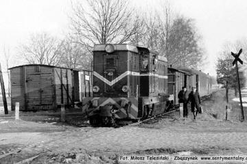 Lokomotywa Lxd2, prowadzi pociąg z Opalenicy do Lwówka, na odcinku do Trzcianki w dniu 14.03.1987.