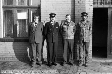 Opalenica w dniu 12.09.1986. Od lewej ja, Pan Leszek Przybylski - zawiadowca lokomotywowni, Pan Preiss - pracownik biurowy lokomotywowni i robotnik stacyjny Maryś.