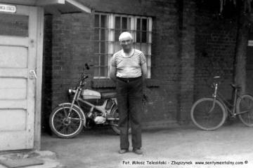 Lwówek Wąskotorowy w dniu 18.07.1986. Emerytowany zawiadowca stacji Pan Loba.