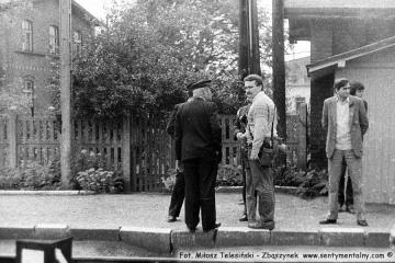 Po lewej tyłem obrócony kierownik kolejki Pan Walenciak, po prawej miłośnik kolei Maciej Matuszewski. podczas przejazdu pociągu specjalnego w dniu 13.09.1986. na stacji Lwówek.
