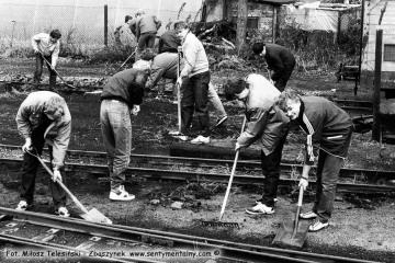 Koledzy z Poznańskiego Klubu Miłośników kolejowych porządkują teren kolejki przed obchodami 100 rocznicy. Fotka z 04.09.1986 r.