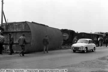 Witkowo, wykolejony wagon normalnotorowy i Syrena 105 w dniu 23.10.1987