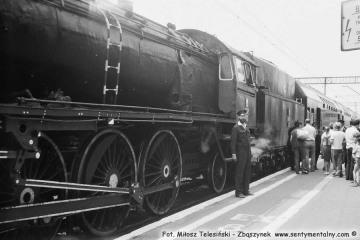 Rewizor Robert Bandarzewski przy pociągu ze Stalowej Woli Rozwadów w dniu 30.06.1988