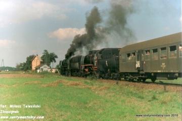 Przed stacją Włostowo 10.09.1988. Parowóz jako pierwszy Ty2-331 z Jarocina 32D43-177, jako drugi Parowóz jako drugi Ty45-379 ze Zbąszynka 27D47-35