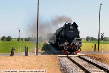 Ruchocice 27.05.2017 Pociąg osobowy z Poznania do Wolsztyna, prowadzony w soboty przez planowy parowóz Ol49-59.