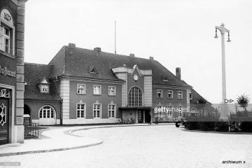 Dworzec w 1930 roku. Prawe skrzydło nie połączone z częścią główną już stoi, komin w prawej części już podwyższony.