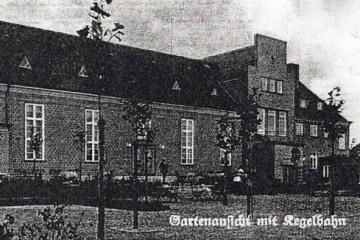 Hotel (dzisiaj dom kultury) od drugiej strony około 1935 roku.