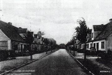 """Ulica Kościelna, zamieszkałą przez katolików, w pobliżu """"małego"""" kościoła, wybudowanego w 1931 roku, jako dla mniejszości katolickiej - z Saksonii."""