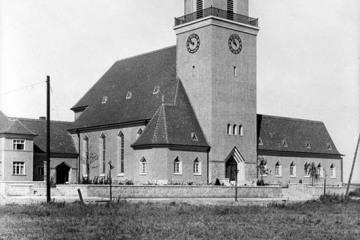 1930. Kościół Ewangelicki przed rozbudową (od 1945 katolicki) - dobudowano prawe skrzydło (po wojnie przedszkole).