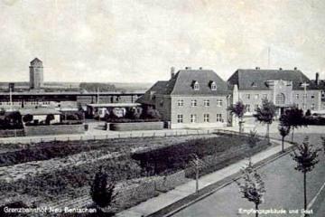 Dworzec od strony miasta w latach 1930 - 42. W prawym skrzydle nie ma jeszcze łącznika do nowo oddawanej części oraz komin już wysoki - na początku był mały.