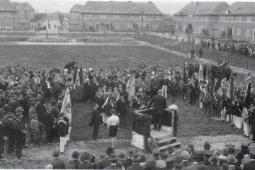Zebranie mieszkańców na Placu Wolności (tutaj Hinderburgplatz).
