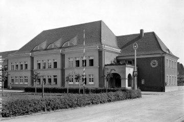 Szkoła w Zbąszynku (Neubentschen) na dzisiejszym Placu Wolności w 1930 roku.