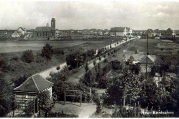 Widok z dzisiejszej ulicy Kosieczyńskiej, z budynku noclegowni dla maszynistów (dzisiaj przychodnia lekarska) w stronę miasta z około 1930 roku.  Budynków na Kosieczyńskiej jeszcze nie ma, skrzydło dworca symetryczne do poczty już wybudowane (1929), główna część budynku dworcowego nie ma jeszcze łącznika (wybudowanego w latach 1943-45) z dobudowanym w 1929 roku skrzydłem.
