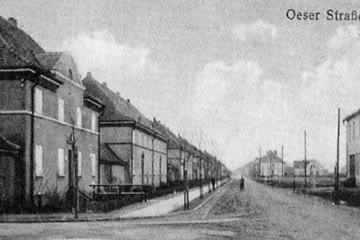 Dzisiejsza ulica Wojska Polskiego, jeszcze jako Oeserstrasse, pomiędzy Wąską a Warszawską. Nie ma jeszcze kostki brukowej na ulicy.