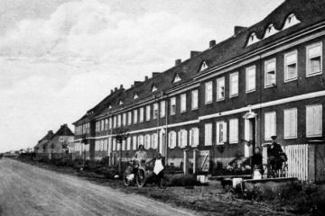 Dzisiejsza ulica Wojska Polskiego, jeszcze jako Oeserstrasse, pomiędzy Poznańską a Warszawską. Ulica jeszcze jako droga oczekuje na wybrukowanie.