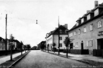 Ulica Wojska Polskiego (dawniej Osterstrasse (rodzina kolejowa z Prusów Wschodnich - Bydgoszcz), na końcu Hitlerstrasse. Widok w kierunku dworca.