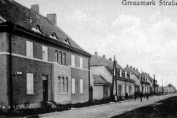 ulica Zbąszyńska (Grenzmark Strasse, potem Gehringstrasse - po dojściu Hitlera do włądzy w 1933 roku). Pierwotna nazwa od budynków urzędów granicznych na końcu ulicy (koło ronda). Byłą to oststnia ulica powstałą w Neu Bentschen, nie ukończona.
