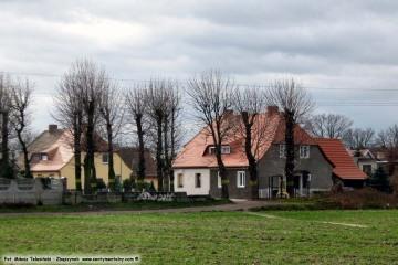 Koniec ulicy od strony Bronikowa, widok na budynki, gdzie do 1945 roku znajdowała się policja graniczna. Fotka z dnia 23.10.2009.