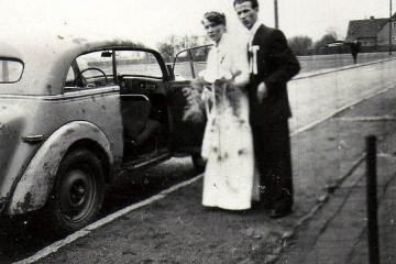 Około 1955 roku. Ulica jeszcze bez asfaltu, chodnik nie wyłożóny płytkami.