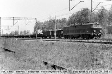 """ET22-885 z osobowym z Poznania, minęła nastawnię """"Chlastawa"""" w dniu 30.05.1988"""