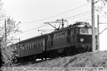 """ET22-813 z osobowym z Poznania, minęła nastawnię """"Chlastawa"""" w dniu 30.05.1988."""