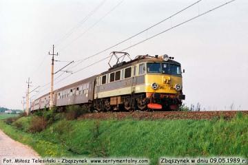 EU-07 083 z osobowym Poznań - Zielona Góra opuszcza Zbąszynek w dniu 09.05.1989.