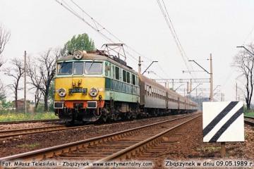 EU07-084 z osobowym Poznań - Jelenia Góra zbliża się do peronów w Zbąszynku. 09.05.1989