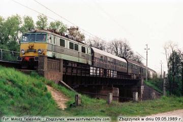 """EU07-084 z Zielonej Góry do Poznania  wjeżdża do Zbąszynka po minięciu nastawni """"Kosieczyn"""" w dniu  09.05.1989"""
