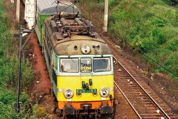EU07-152 z pośpiesznym - sypialnym Warszawa (Moskwa) - Berlin, wyjeżdża ze Zbąszynka w dniu 09.05.1989.