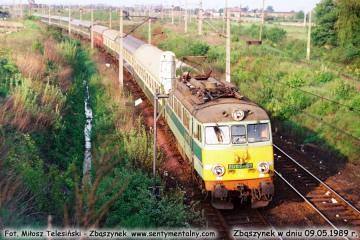 EU07-157 z pośpiesznym Warszawa- Berlin, wyjeżdża ze Zbąszynka w dniu 09.05.1989.