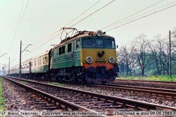 EU07-413 z pośpiesznym Berlin - Warszawa, wyjeżdża ze Zbąszynka w dniu 09.05.1989.