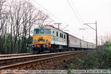 EU07-230 z sypialnym wjeżdża do Zbąszynka w dniu 09.05.1989.