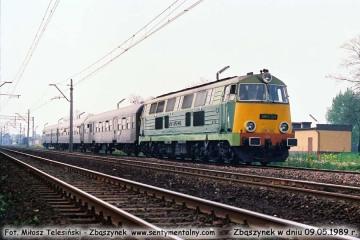 SP45-226 z osobowym w stronę Międzyrzecza, opuszcza Zbąszynek w dniu 09.05.1989.