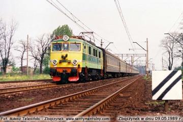 EU07-080 z sypialnym Warszawa - Berlin wjeżdża do Zbąszynka w dniu 09.05.1989.