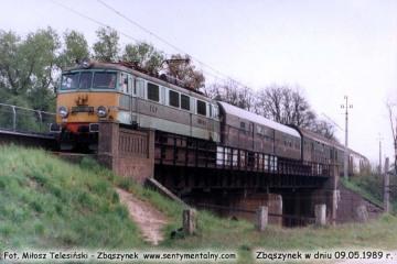 EU07-084 z osobowym Zielona Góra - Poznań wjeżdża do Zbąszynka w dniu 09.05.1989.
