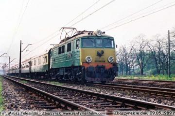 EU07-413 z pośpiesznym Berlin - Warszawa opuszcza Zbąszynek w dniu 09.05.1989.