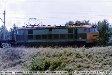 ET22-380 z towarowym, wyjeżdża ze Zbąszynka w dniu 23.07.1989.