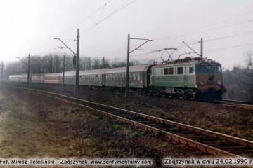 EU07-348 z pośpiesznym Berlin - Warszawa opuszcza Zbąszynek w dniu 24.02.1990.