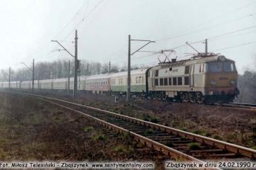 ET22-587 z pośpiesznym Berlin - Warszawa, opuszcza Zbąszynek w dniu 24.02.1990