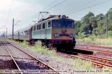 EU07-239 z pośpiesznym Berlin - Warszawa opuszcza Zbąszynek w dniu 23.07.1990.
