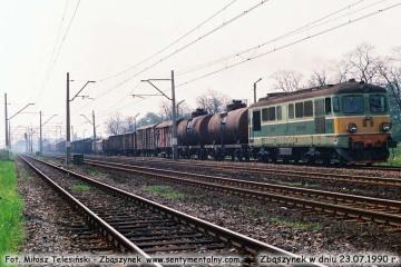 ST43-222 z towarowym, wyjeżdża do Międzyrzecza w dniu 23.07.1990.