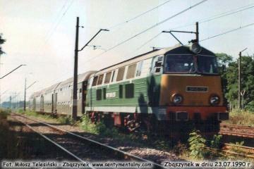 SP45-205 z osobowym do Leszna, wyjeżdża ze Zbąszynka w dniu 23.07.1990.