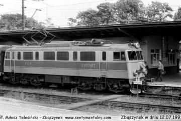EU07-182 z osobowym Poznań - Rzepin przy torze pierwszym , peronie drugim w dniu 12.07.1991